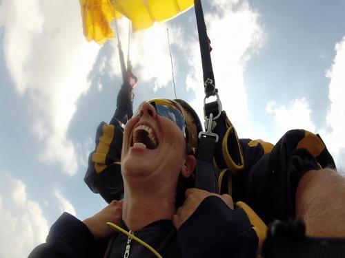 Die Freude nach dem Öffnen des Fallschirms